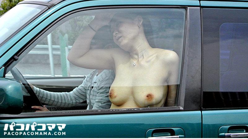 深江沙希 - セックスがしたいと応募してきたムチムチ系の人妻沙希さん。話しを聞くと旦那さんとはセックスはしているけれども、ほぼセックスレス同然らしく、沙希さんはもっとしたいけれど旦那さんが忙しいせいかあまり構ってくれないので、悶々とした日々の毎日から抜け出したいがため、応募に至ったのだとか。早速車に乗ってもらって、服を脱いでもらうと出ました!ムチムチ感溢れるおっぱいが!90のEカップという美巨乳!よだれが出そうなほど、うまそうです!青姦にカーセックス、中出しと見ごたえたっぷりの人妻とのお忍び野外姦旅行!後編へと続く!
